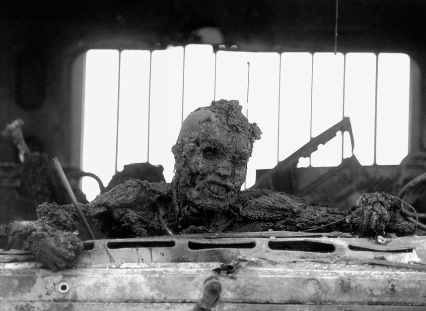 AgoraBeograd ObL67 IRAQI SOLDIER TRYING TO GET OUT OF HIS  TRUCK ON US FIRE+HIGHWAY OF DEATH+KEITH JARECKE