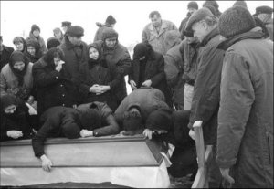 Serbian family members mourn over their loved ones murdered by Oric